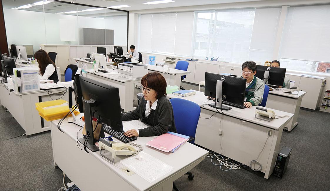 中田製作所の総務部のオフィス